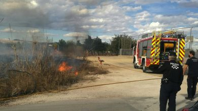 Photo of Bomberos apagan un incendio en un cañal del carril Molino de Batán, en La Raya