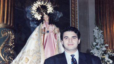Photo of Que quede entre nos. Agustín Bravo, con la virgen de la Salud de Alcantarilla (años 90)