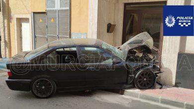 Photo of Un vehículo se estrella contra el portal de un edificio