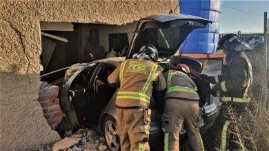 Photo of Los bomberos tienen que rescatar del coche a una conductora que empotró su vehículo en una casa
